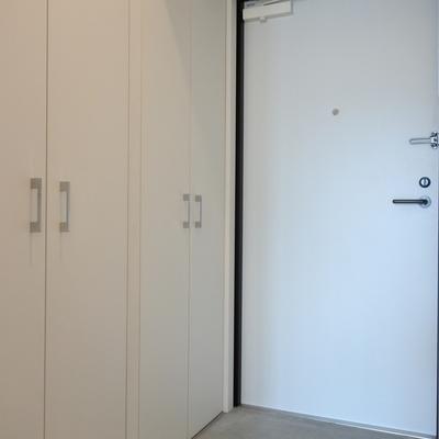 土間っぽい玄関。シューズボックスの収納力が半端ない。