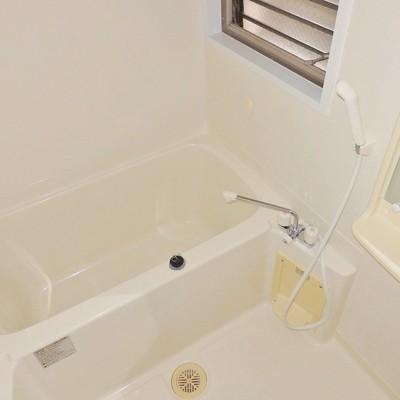 お風呂はシンプル!窓付きなのは嬉しい特典!