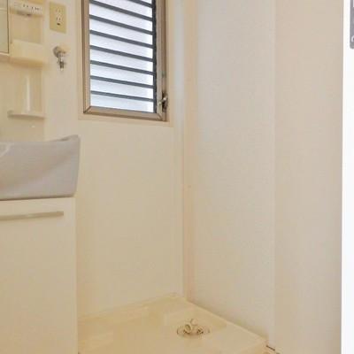 洗濯機置き場はこちらに。窓付きです!