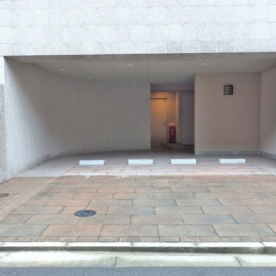 建物前に駐車場。