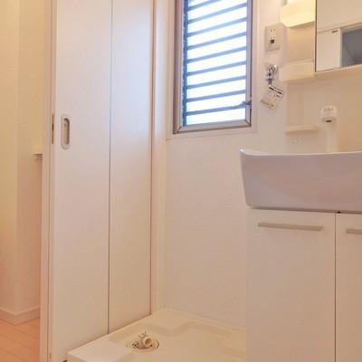 窓付きの脱衣所。洗濯機置き場もクリーンに。