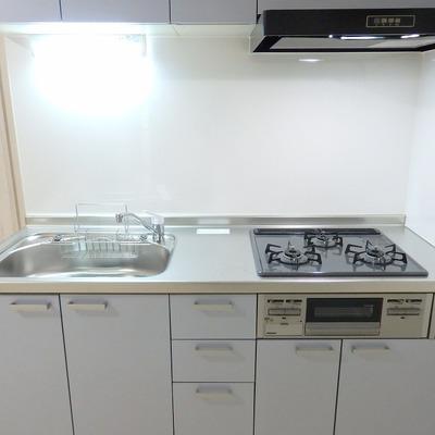 キッチンはゆったり使える3口ガスコンロ。