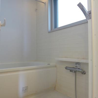 お風呂も広く、窓があるので気持ちが良いですね!(写真は別部屋)