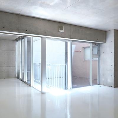 吹き抜けから入る柔らかな光、神秘的な空間。※画像は別部屋