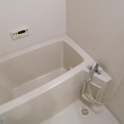 お風呂はコンパクトめ。※画像は別部屋