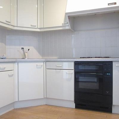 壁に沿ってまぁるくなったキッチン。(写真は別部屋です)
