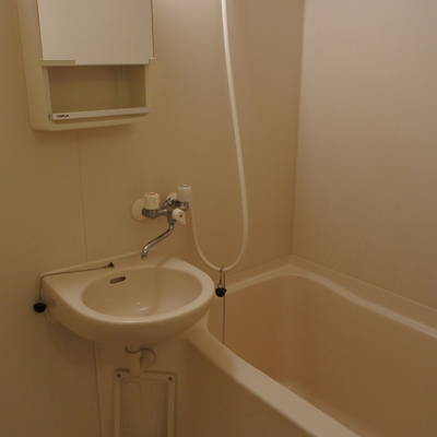 洗面は浴室と同室です。