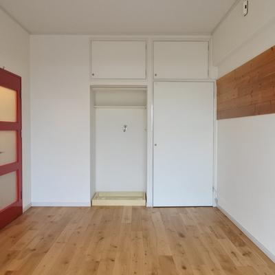 赤いドアがアクセント。無垢床が気持ちいいお部屋です。