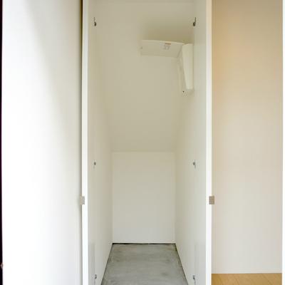 玄関入ってすぐの収納スペース。自転車入るかなぁ