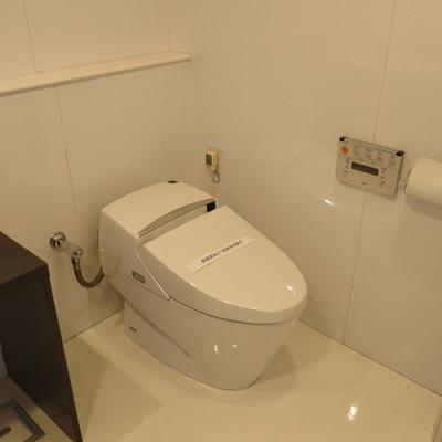 洗面台の横にはトイレ!