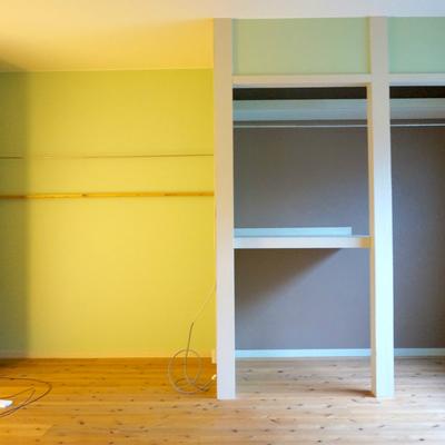 壁面は薄緑色。見せる収納を!