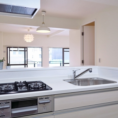 広々リビングを見渡せるキッチンが素敵!