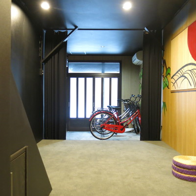 玄関はこんなに広い!バイクも置けますよ。