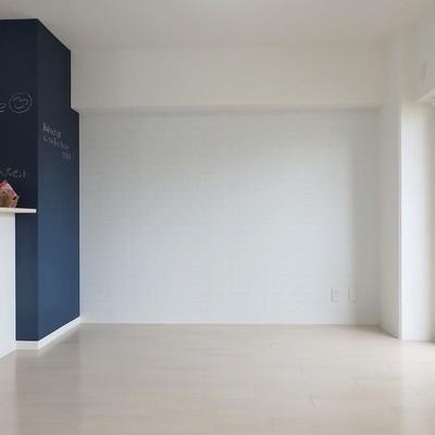 柱は黒板、壁紙はポイントカラー!