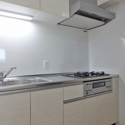 キッチンは3口グリル付きのガスコンロ。