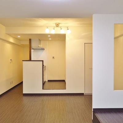 幾何学的に四角が転がるお部屋です。