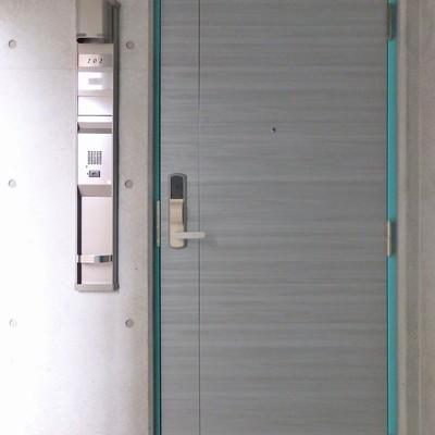 玄関のドアもブルーグリーン!
