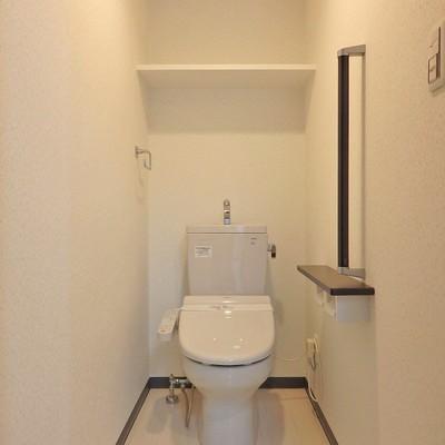 収納棚付きのゆったり使えるトイレです。