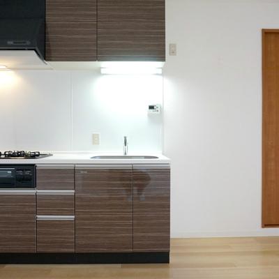 キッチン横に冷蔵庫をっと。