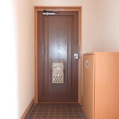 タイル張りの玄関。