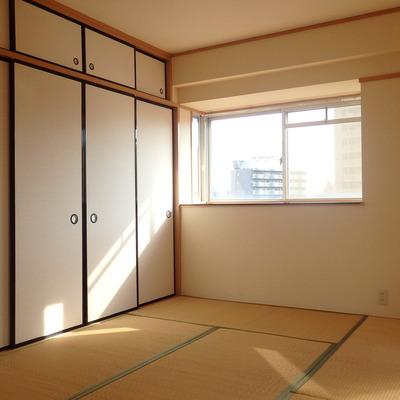 和室は窓つきで明るいです。