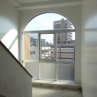 共有部の階段の窓おもしろい形。