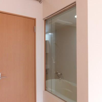 実はお部屋の中からお風呂が見えるんです