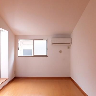 エアコンは170cmほどの位置にあって低めです