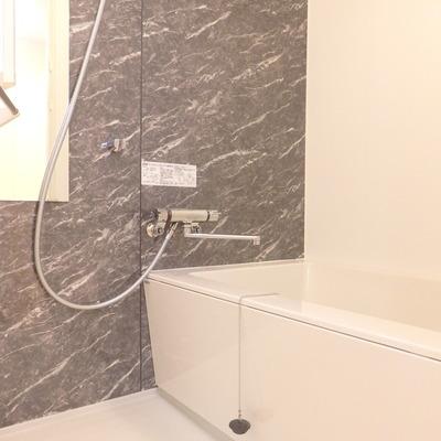 ミラーつきの浴室。