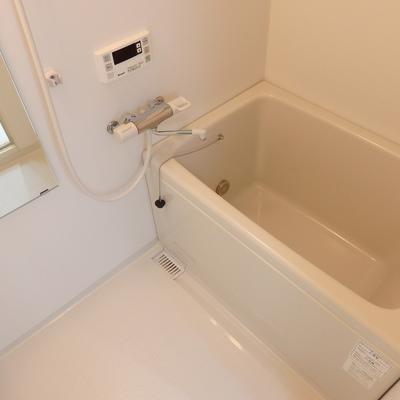 浴槽はコンパクト。