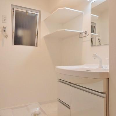 洗面台と洗濯機置き場。ちょこっと棚がうれしいです。