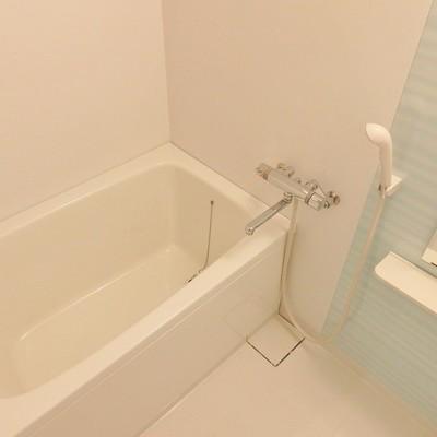 お風呂はクリアブルーのパネルで爽やかに。