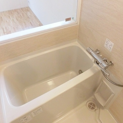 ガラス張りで開放感のあるお風呂※写真は別部屋