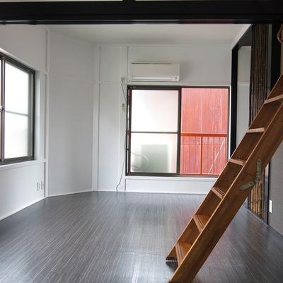 はしご階段では天井裏へと