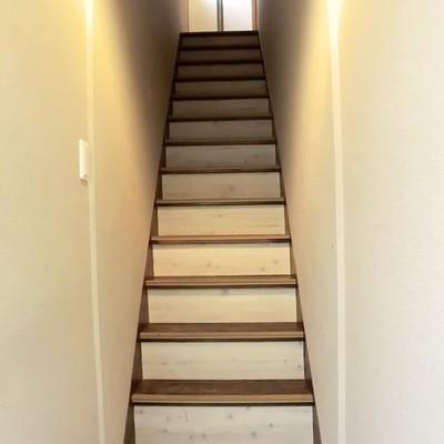 玄関あけるとこう。階段もリノベ済み♪