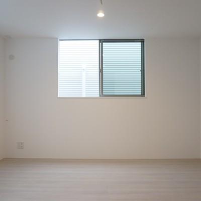 ベッドルームは小窓もしっかりと