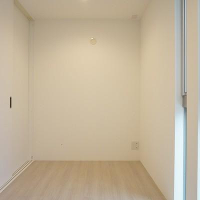 階段上がってすぐのスペースにも収納スペースあり