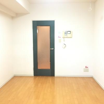 バルコニーから。ドアのふちは深緑でお洒落上級者感