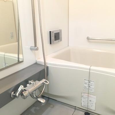 お風呂も清潔感。グレーの台がいいですね