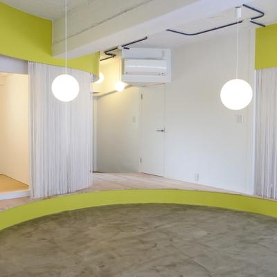 床をおとして、天井もぬいて、開放的な空間に。