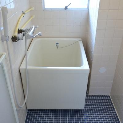 お風呂はコンパクト。古さを感じます。。