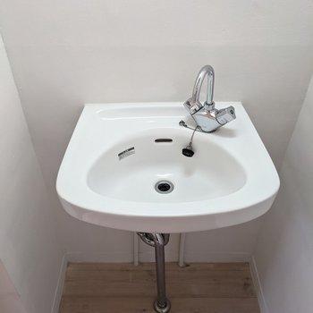 コロンとレトロな洗面台がかわいらしいです。
