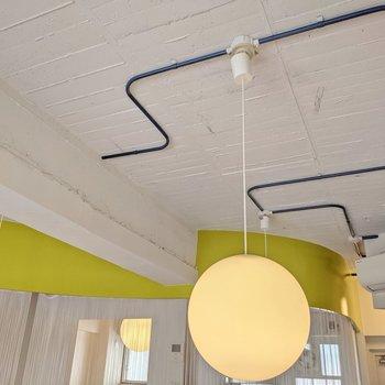天井には青の配管。丸い照明がかわいらしいですね。