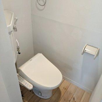 トイレは洗面台の右側に。ウォシュレットつきです。
