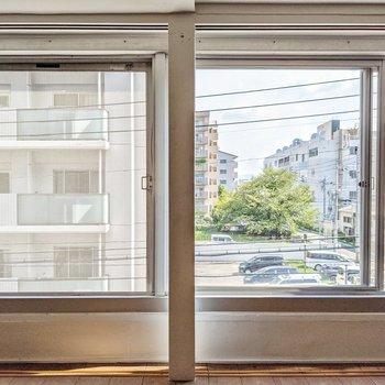 窓の外は建物が近いです。気になる場合は障子を閉めましょう!