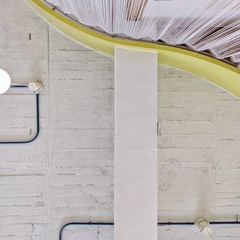 寝そべって天井を見てみました。ここに大きなソファを置いてゴロゴロするのもいいかも……