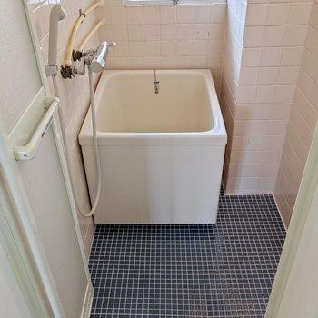 お風呂はコンパクト。換気扇はなく、窓で換気するタイプです。