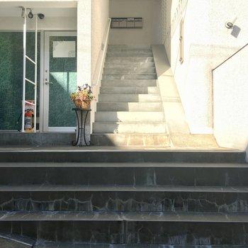 2階へと続く階段。