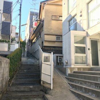 私有地の階段をすこし下った所にあります。