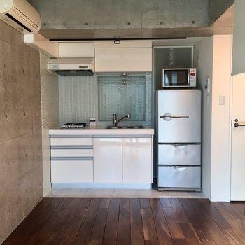 中階のキッチンはなんと冷蔵庫・電子レンジ付き!※写真は前回募集時のものです